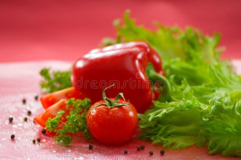 Овощи - томат, болгарский перец, горохи черного перца, зеленый салат стоковые изображения rf