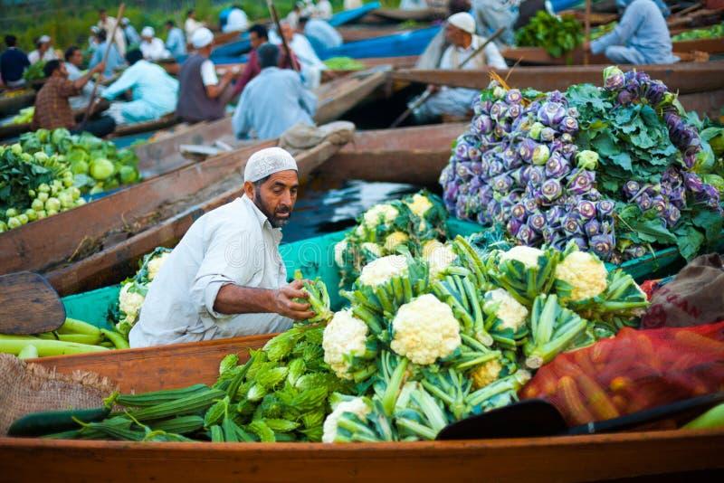 Овощи шлюпки рынка озера Dal плавая полные стоковые фотографии rf