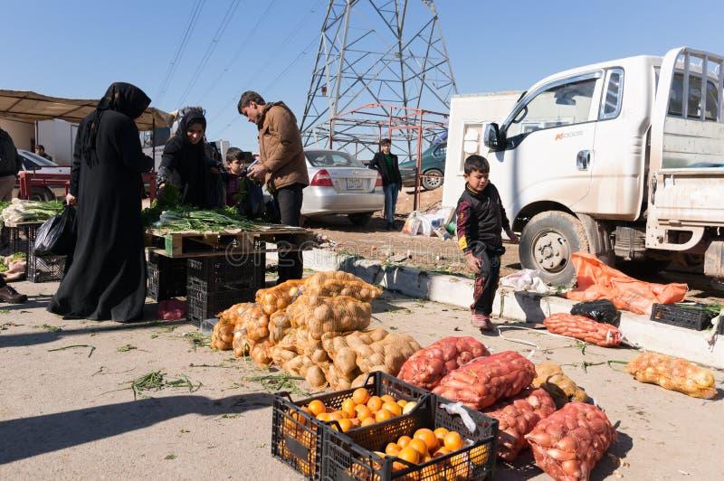 Овощи людей покупая сирийский лагерь стоковое изображение rf