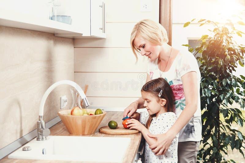 Овощи Choping матери и дочери стоковое изображение
