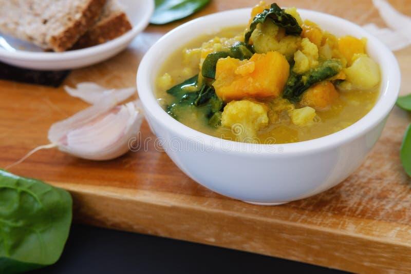 Овощной суп в белом керамическом шаре на деревянной предпосылке стоковые фото