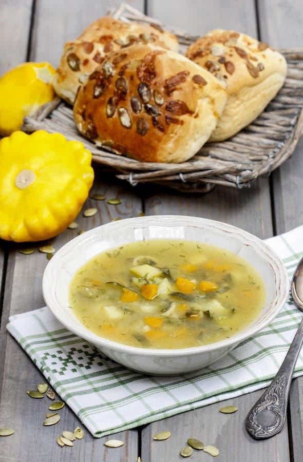 Овощной суп на деревянном столе стоковое фото rf