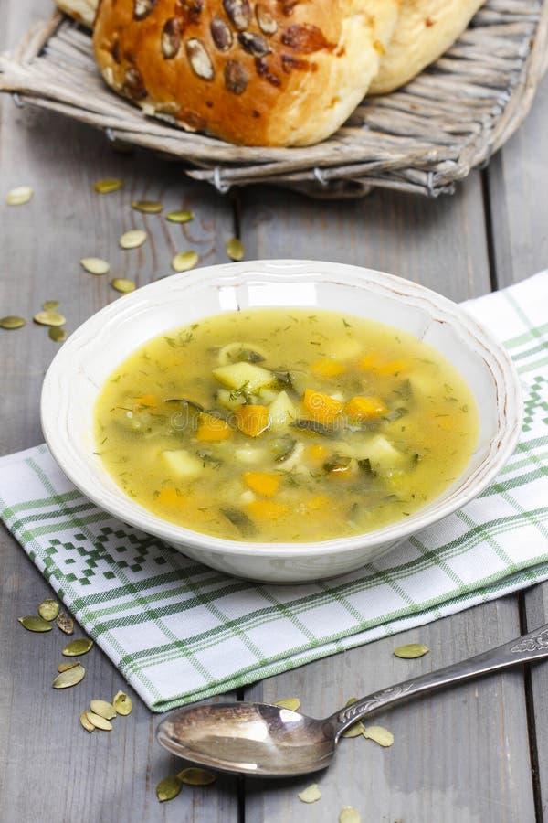 Овощной суп на деревянном столе стоковые изображения rf