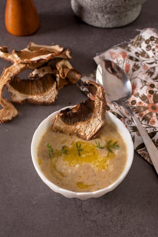 Овощной суп с высушенными грибами на таблице стоковые фотографии rf