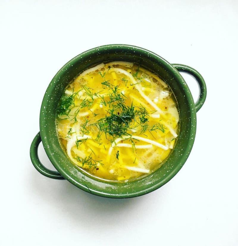 Овощной суп с зелеными цветами макарон и укропа стоковые изображения rf