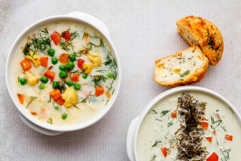 Овощной суп с томатом, сельдереем, морковью, цукини, луком, перцем, брокколи Взгляд сверху, плита 2 2 куска на известке стоковое фото rf