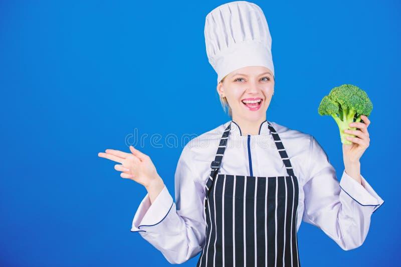 Овощ владением девушки Органическое питание Брокколи владением шеф-повара женщины указывая на космос экземпляра Здоровые вегетари стоковая фотография rf