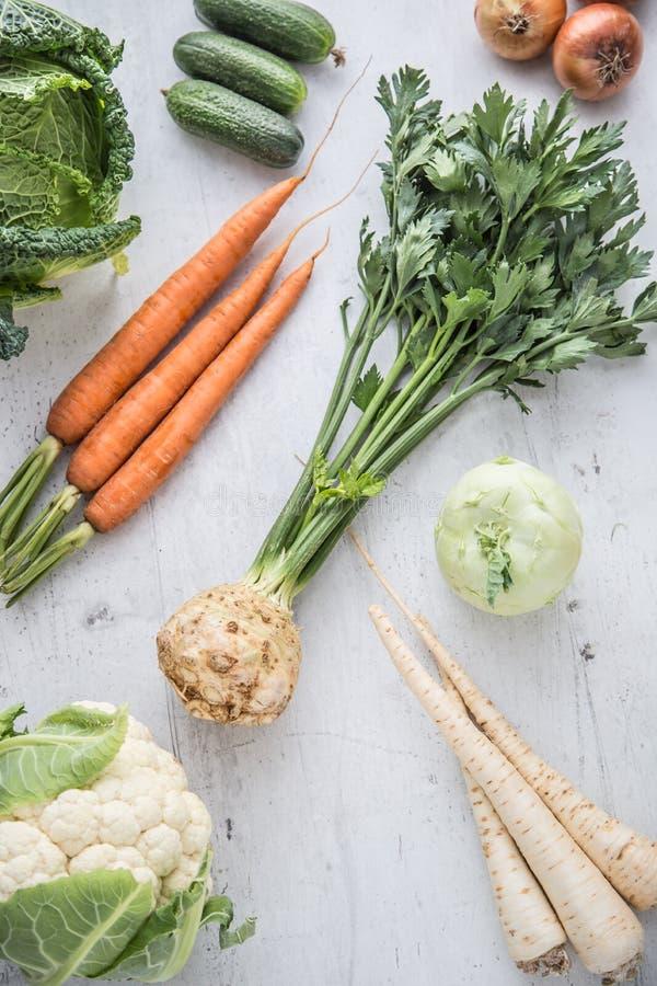 овощ Кольраби и цветная капуста капусты листовой капусты огурца пастернаков лука моркови сельдерея свежего овоща на конкретной пр стоковые изображения rf