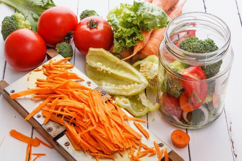 овощ томата салата смешивания салата огурца свежий Томаты, перцы, петрушка, моркови, брокколи, луки стоковые фото