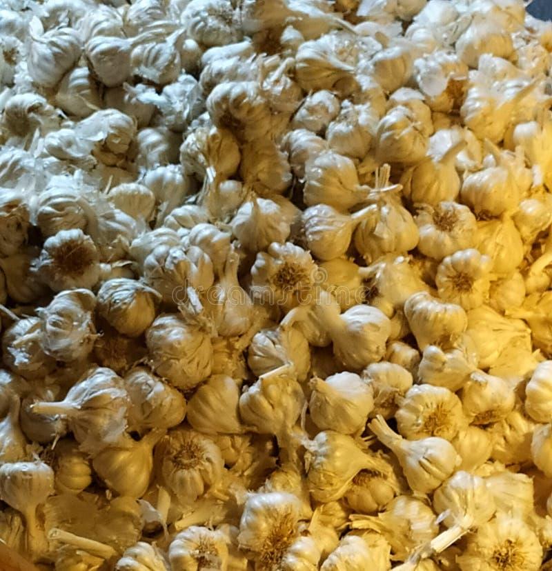 Овощ чеснока и индийские космосы для продажи в рынке стоковое фото rf