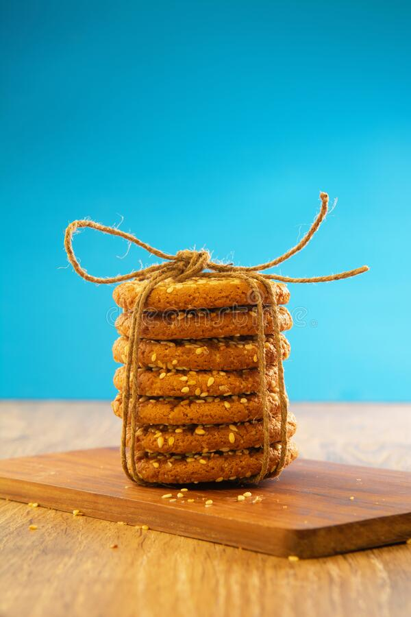 Овсянка печенье на столе, кружево скатерть винтажный стиль стоковая фотография rf