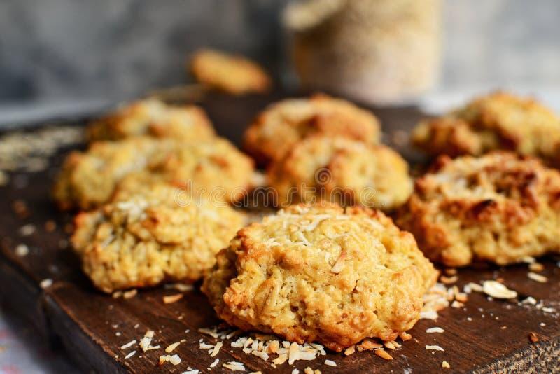 Овсянки на деревянном фоне Закрыть Свободное место для тестов 'Здоровые домашние файлы cookie' Милые пирожные Кокос стоковые изображения
