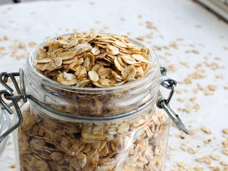 Овт-рощ или овсяной шип в деревянной тарелке на домашней скатерти, копи стоковая фотография rf