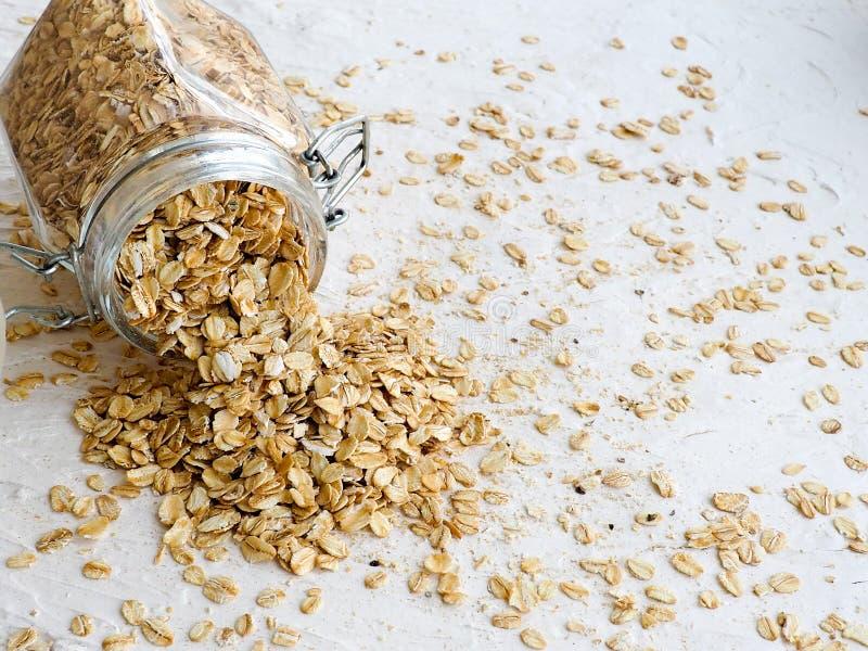 Овт-рощ или овсяной шип в деревянной тарелке на домашней скатерти, копи стоковое фото