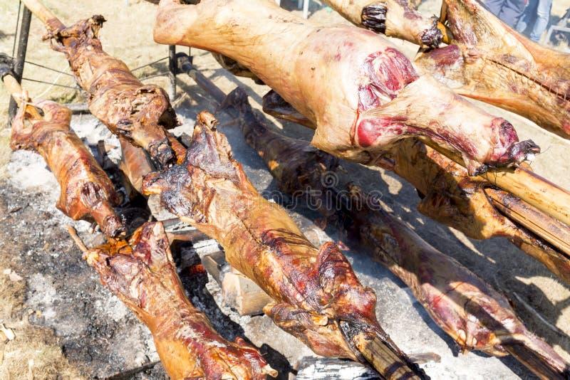 Овцы на жарить в духовке вертелов стоковая фотография