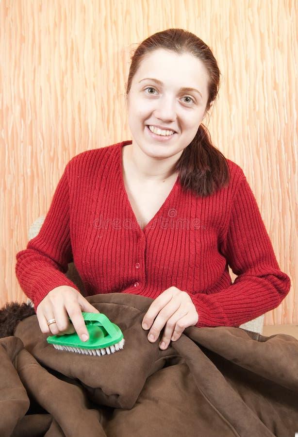 овчина чистки веника юркнет женщина стоковое изображение