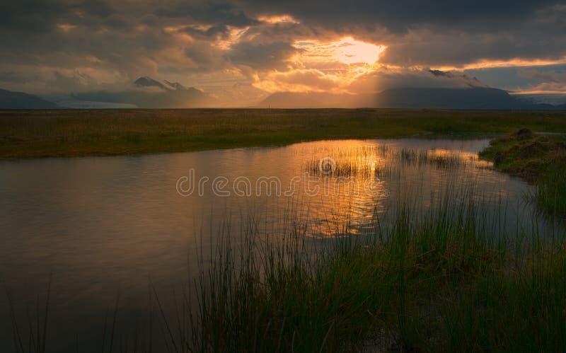 Оглушать взгляд ландшафта к исландскому озеру на заходе солнца стоковое фото rf