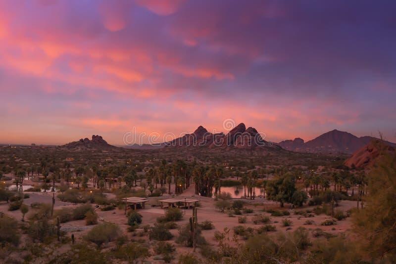 Оглушать заход солнца над Фениксом, Аризоной, парком Papago в переднем плане стоковая фотография rf