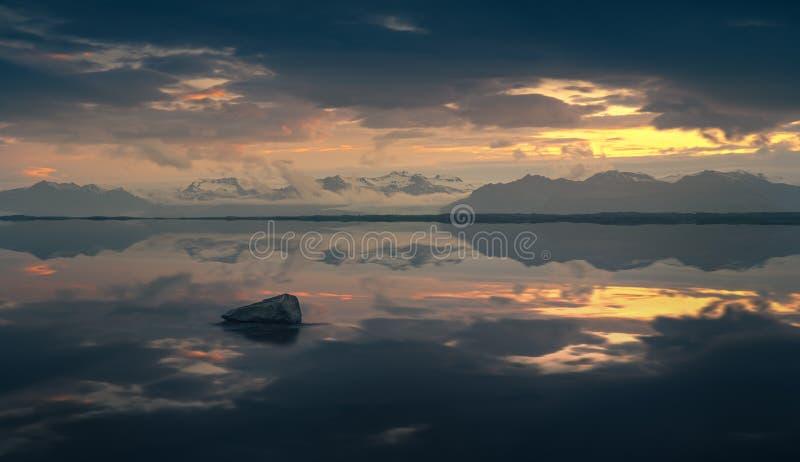 Оглушать заход солнца около пляжа диаманта на Исландии стоковые изображения