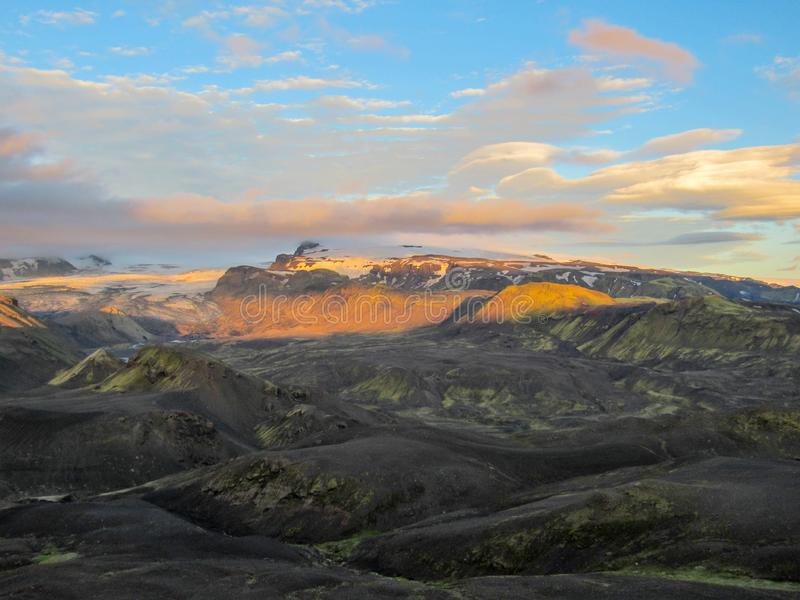 Оглушать заход солнца с и ледник Myrdalsjokull, кальдера Katla, Botnar-Ermstur, след Laugavegur, южная Исландия стоковая фотография