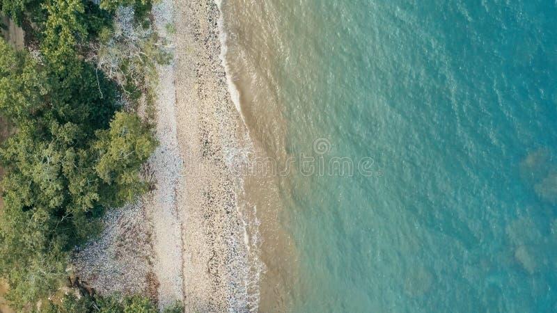 Оглушать изображение воздушного трутня минимальное геометрическое удаленного тропического берега океана моря с песочными джунглям стоковые изображения rf