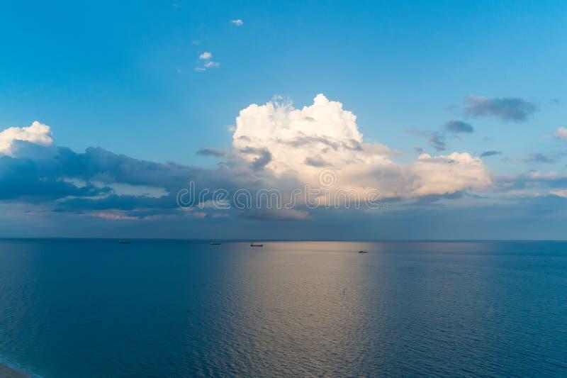 Оглушать красота Пасмурный день на взморье Белые облака над ровной поверхностью воды океана Спокойная концепция Вечер штиля на мо стоковые фото