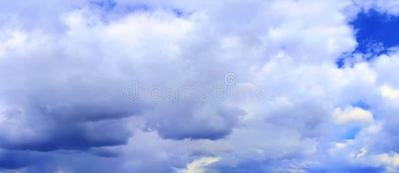Оглушать красочная панорама неба захода солнца показывая красивые образования облака в высоком разрешении стоковое фото rf