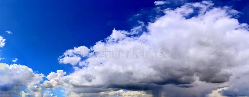 Оглушать красочная панорама неба захода солнца показывая красивые образования облака в высоком разрешении стоковые изображения