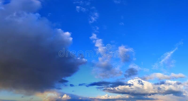 Оглушать красочная панорама неба захода солнца показывая красивые образования облака в высоком разрешении стоковая фотография