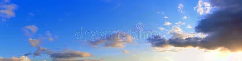 Оглушать красочная панорама неба захода солнца показывая красивые образования облака в высоком разрешении стоковое изображение rf