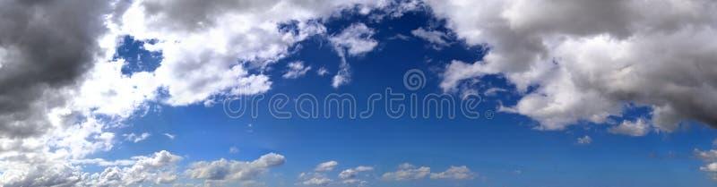 Оглушать красочная панорама неба захода солнца показывая красивые образования облака в высоком разрешении стоковое изображение
