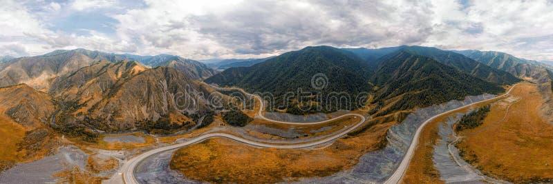 Оглушать ландшафт высоких гор стоковые изображения
