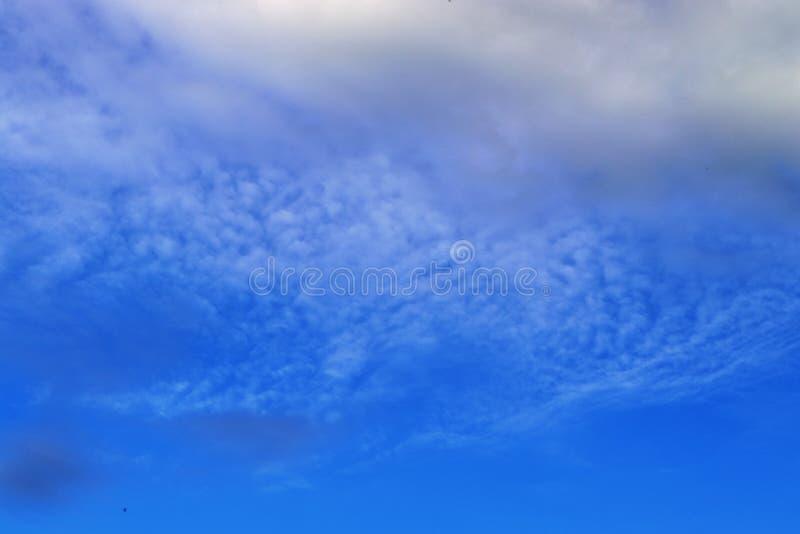 Оглушать образования облака смешанной структуры на голубом небе принятом в Европу стоковое фото rf