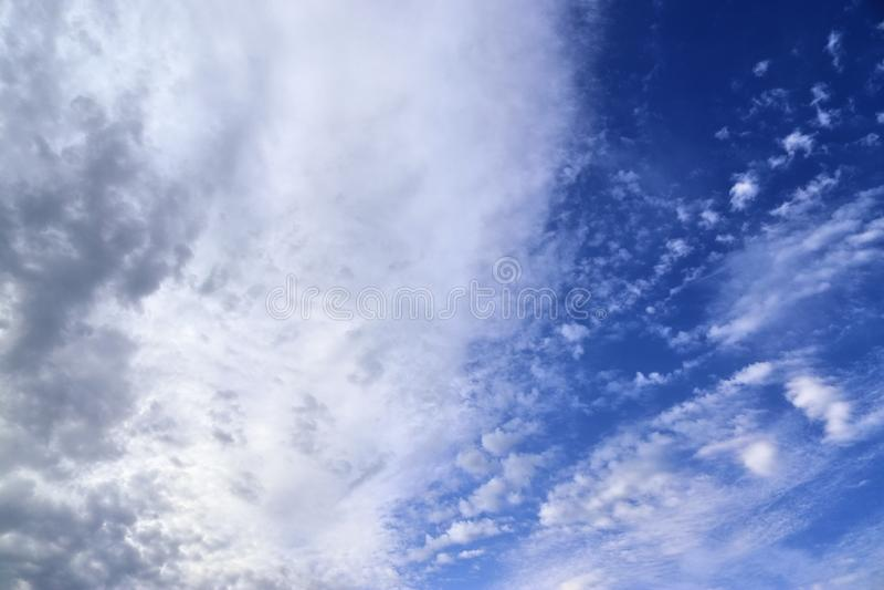 Оглушать образования облака смешанной структуры на голубом небе принятом в Европу стоковая фотография rf