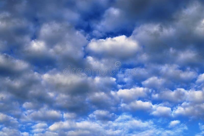 Оглушать образования облака смешанной структуры на голубом небе принятом в Европу стоковые фото
