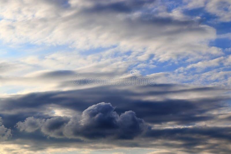 Оглушать образования облака смешанной структуры на голубом небе принятом в Европу стоковое изображение rf