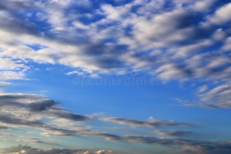 Оглушать образования облака смешанной структуры на голубом небе принятом в Европу стоковые изображения rf