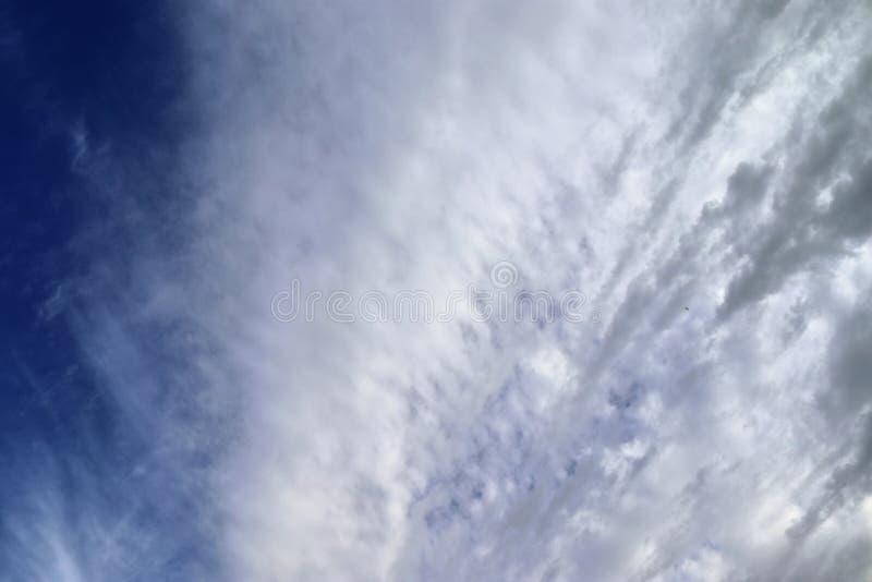 Оглушать образования облака смешанной структуры на голубом небе принятом в Европу стоковое изображение