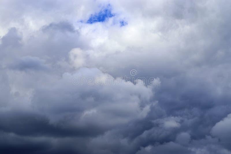Оглушать образования облака смешанной структуры на голубом небе принятом в Европу стоковое фото
