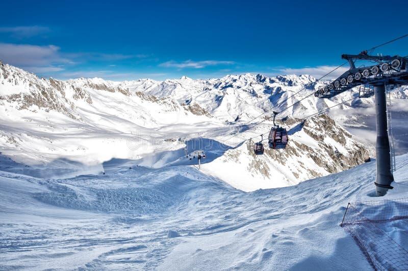 Оглушать панорама зимы в лыжном курорте Tonale Взгляд итальянца Альп от ледника Adamelo, Италии, e стоковое изображение rf