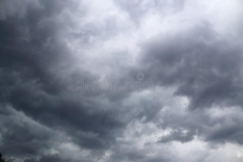 Оглушать темные образования облака прямо прежде грозы стоковые фотографии rf