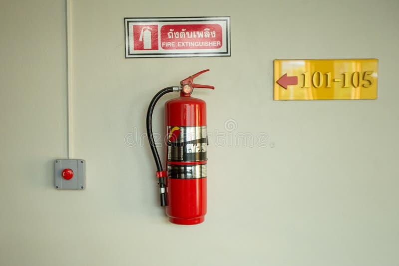 Огнетушитель на белой стене стоковые фото