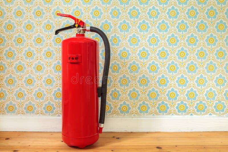 Огнетушитель перед ретро обоями цветка стоковые изображения rf