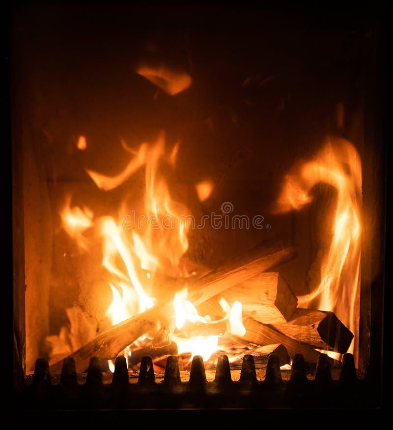 Огонь в плите, конец вверх, горение швырка стоковое изображение rf