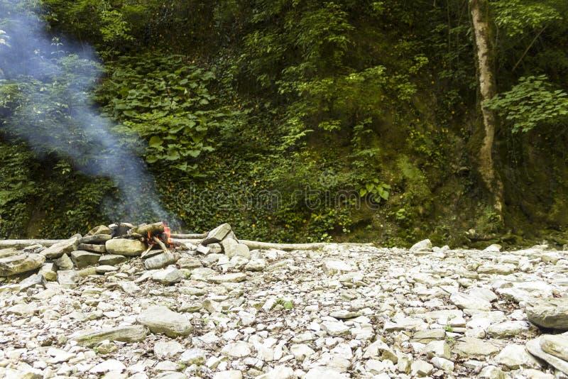 Огонь горит в горах стоковая фотография