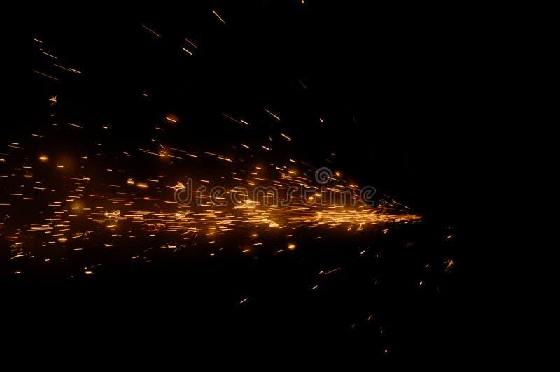 Огонь искрится на черной предпосылке стоковое фото rf