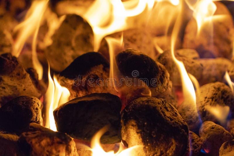 Огонь и угли закрывают вверх стоковые фото