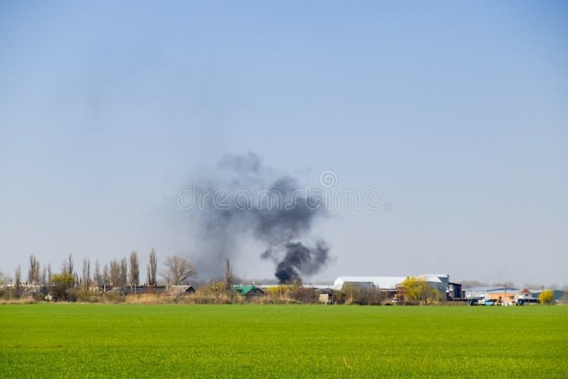 Огонь и черный дым вне деревни Сажа от гореть стоковые изображения rf