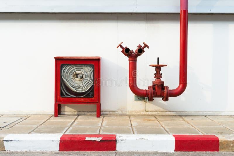 Огонь клапана воды с шкафом пожарного рукава стоковые изображения rf