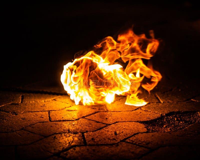 Огонь лежа на том основании стоковые фотографии rf